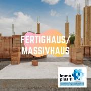 """Baustelle mit Ziegeln und der Text """"Fertighaus/Massivhaus"""""""