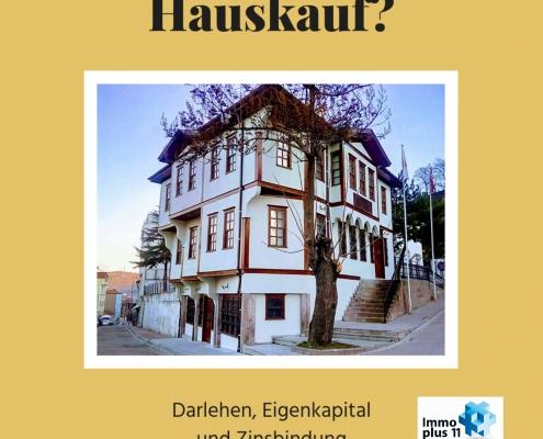 """Ein großes Haus und die Überschrift """"Hauskauf"""""""