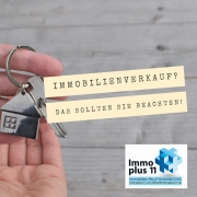Hand mit einem Schlüssele und der Frage: Immobilienverkauf - was ist zu beachten?