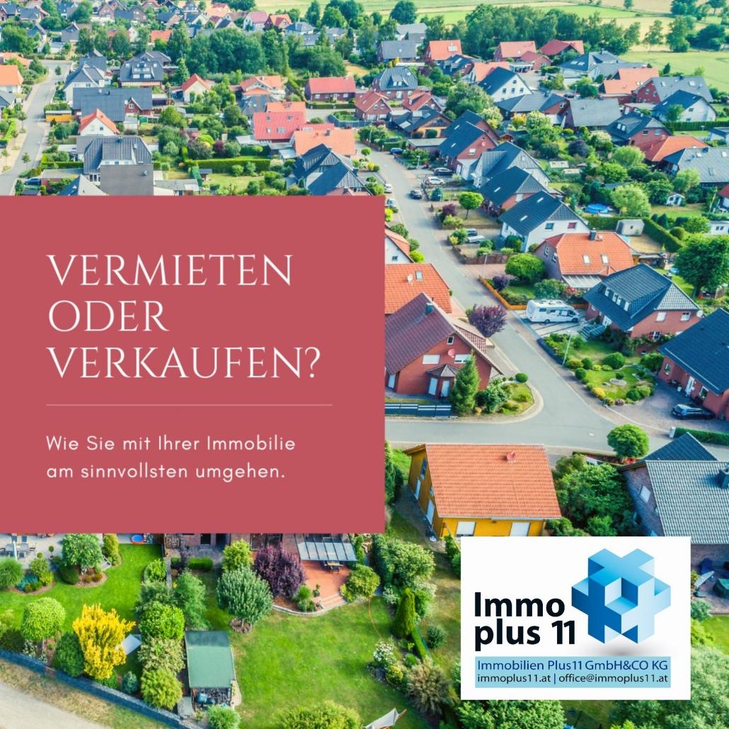 """Eine Siedlung mit vielen Häusern und der Überschrift """"Vermieten oder Verkaufen?"""""""