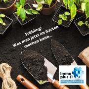 """kleine Gartenschaufel mit Erde und Pflanzen und die Überschrift """"Frühling - was man jetzt im Garten machen kann!"""