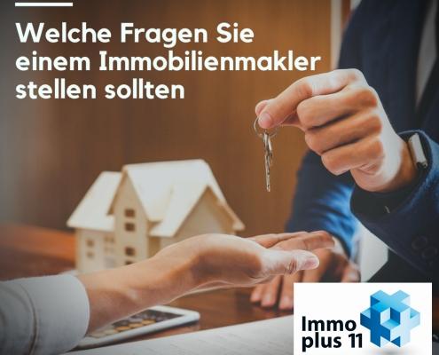 """Ein Mann übergibt einen Schlüssel in die Hand einer anderen Person mit Überschrift """"Welche Fragen Sie einem Immomakler stellen sollten"""""""