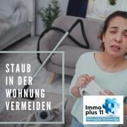 Frau in einem Wohnzimmer, die vor lauter Staub niesen muss
